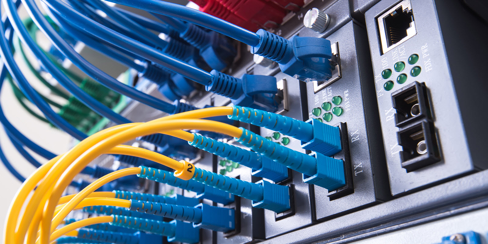 fiberoptic-cable-in-data-center